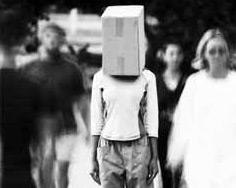 Homem com um saco na cabeça