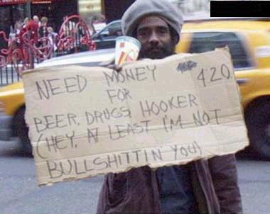 Foto de um mendigo pedindo dinheiro para beber
