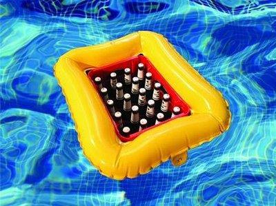 Engradado flutuante em uma piscina