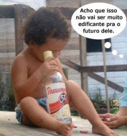 Criança olhando uma garrafa de cachaça