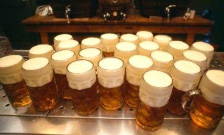 Várias canecas de cerveja