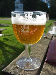 Cerveja num copo estilo troféu