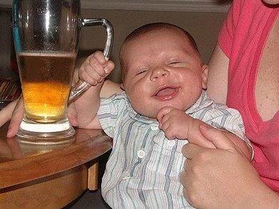 Bebê com copo de cerveja na mão
