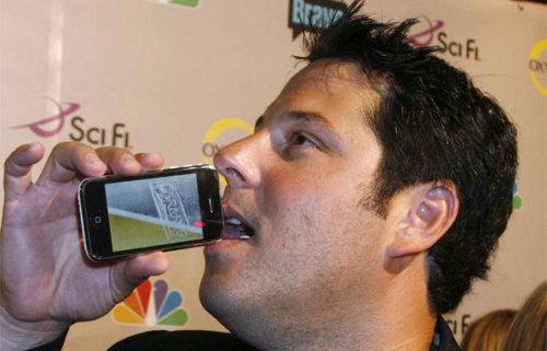 Greg Grunberg bebendo cerveja pelo iBeer