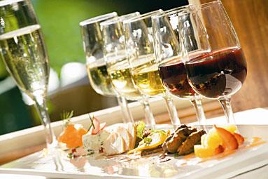 Mesa com alimentos e garrafas de vinho