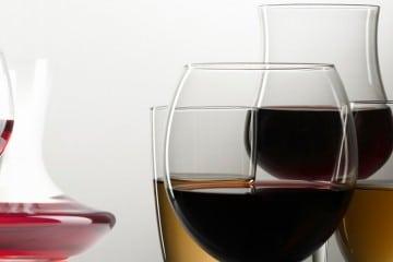 Taças de vinhos tinto e branco