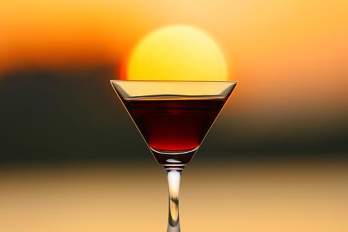 Taça de vinho com sol dentro
