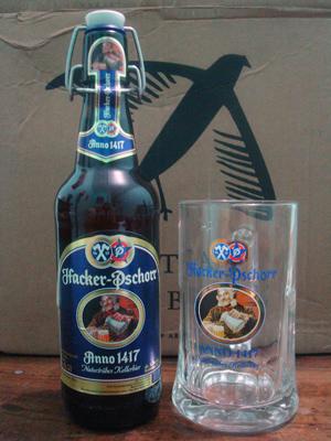 Garrafa e caneca da cerveja Paulaner Hacker Pschorr
