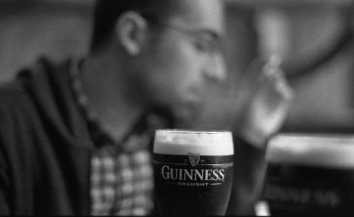Um bêbado conformista bebendo cerveja