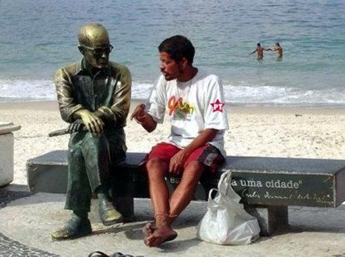 Bêbado conversando com estátua