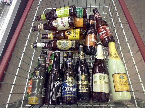 Carrinho de compras com várias cervejas