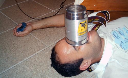 Bêbado com copo na cara