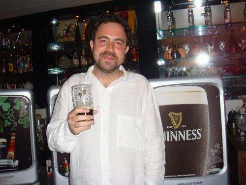 Rapaz segurando Guinness