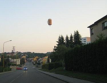 Balão de cerveja voando no céu