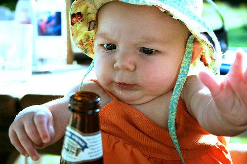 Bebê com garrafa de cerveja