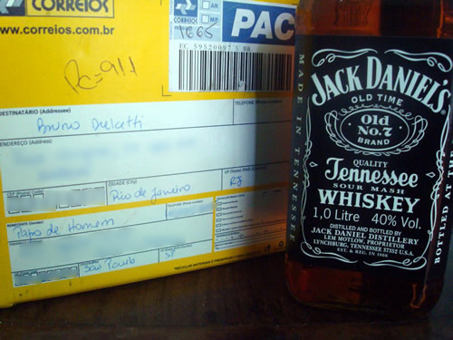 Caixa dos Correios e garrafa de Jack Daniels