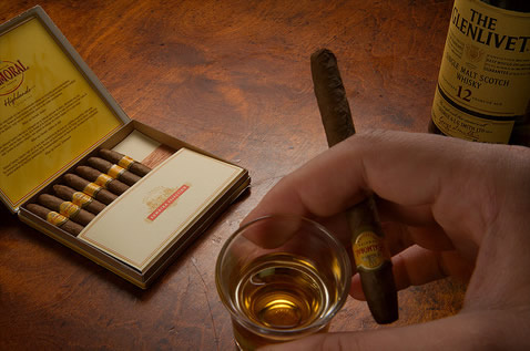 Charuto e copo de whisky