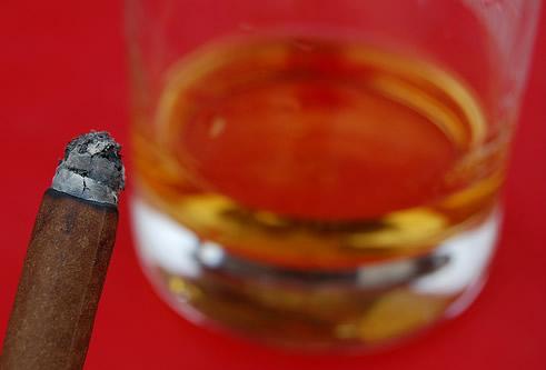 Um charuto e um copo de whisky