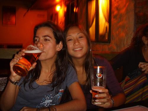 Duas mulheres num bar