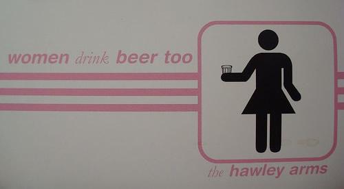 Placa dizendo que mulheres também bebem