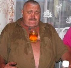 Homem com um copo na barriga