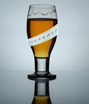 Copo de cerveja com fita métrica