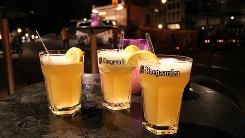 Copos da cerveja Hoegaarden com laranja em cima