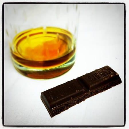 Copo de conhaque e um chocolate