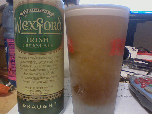 Copo e lata da cerveja Wexford