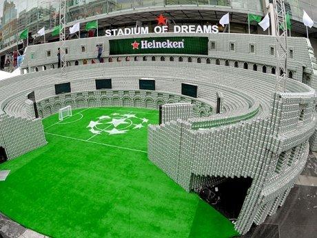 Estádio de futebol feito com latas de cerveja