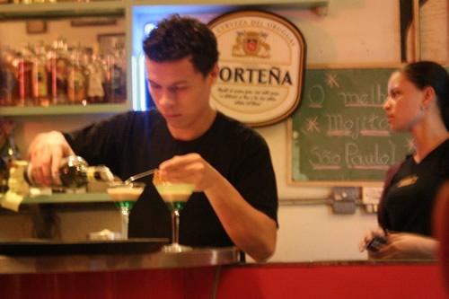 Garçom servindo o drink Lamborghini