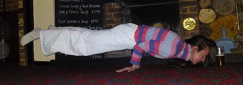 Mulher fazendo yoga e cerveja