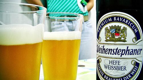 Copos e garrafa da cerveja Weihenstephaner