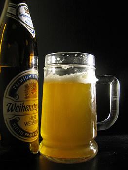 Garrafa e caneca da cerveja Weihenstephaner