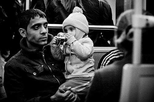 Pai olhando filho bebendo
