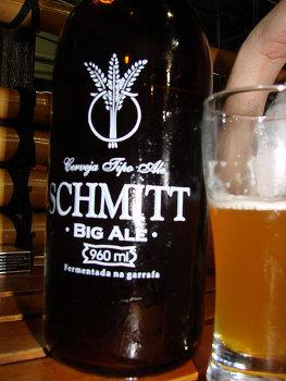 Garrafa e copo da cerveja Schmitt Big Ale