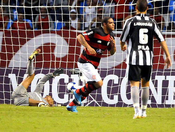 Adriano fazendo gol