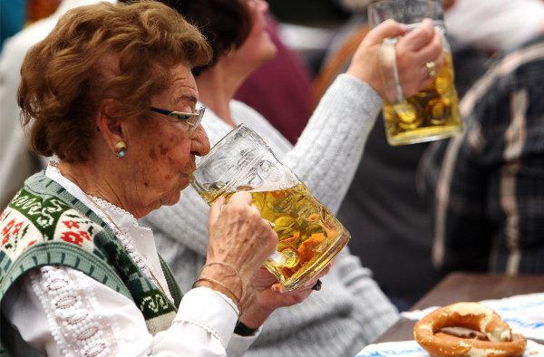Só porque sou idosa eu não posso beber? VSF!