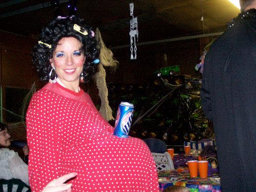 Mulher grávida com lata de cerveja