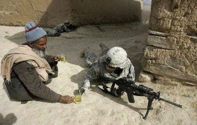 Guerrilheiro bebendo cerveja