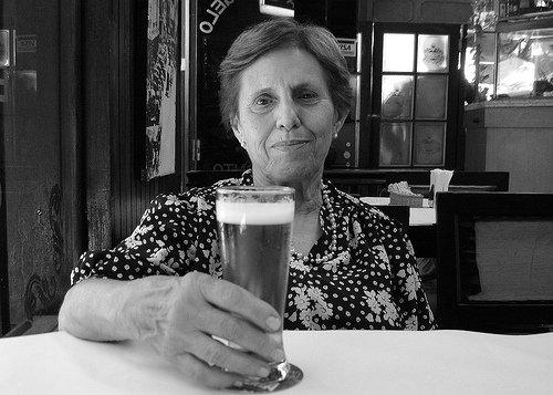 Mãe segurando copo de cerveja