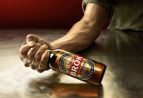 Bebidas e Drogas: Queda de braço com uma garrafa de cerveja