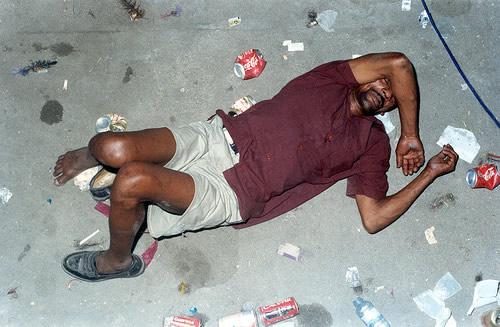 Bebado caído no chão