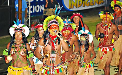 Índios fazendo festa