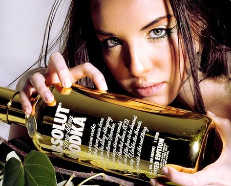 Mulher segurando garrafa de Absolut