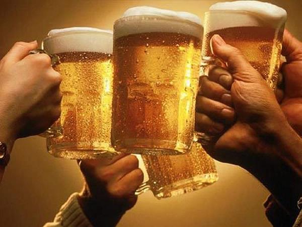Um brinde com canecas de cerveja