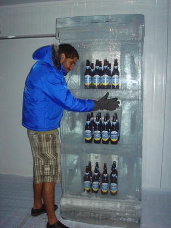 Dulcetti abraçando uma geladeira de gelo