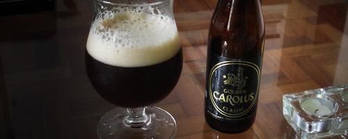 Garrafa da cerveja Gouden Carolus e uma taça
