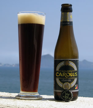 Garrafa da cerveja Gouden Carolus Classic e uma tulipa