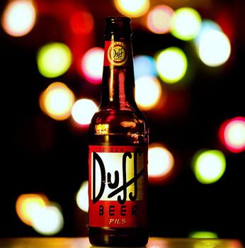 Garrafa da cerveja Duff com luzes ao fundo